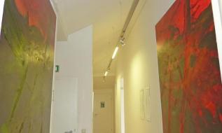 Büro-Flur mit hoher Decke im Dachgeschoß