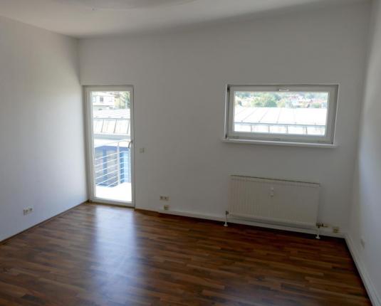 Kleiner Büroraum mit Zugang zum Balkon