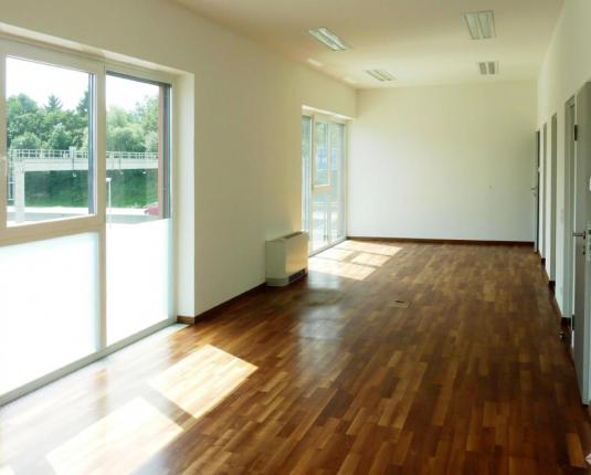 Geräumiger Büroraum mit großen Fenstern