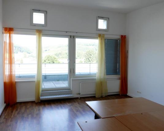 Freundlicher Büroraum mit Terrassenzugang
