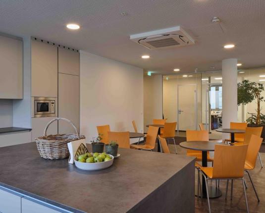 Gemeinschafts-Küchenbereich mit Sitzgelegenheiten