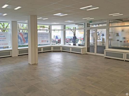Geschäftslokal mit großen Schaufensterfronten
