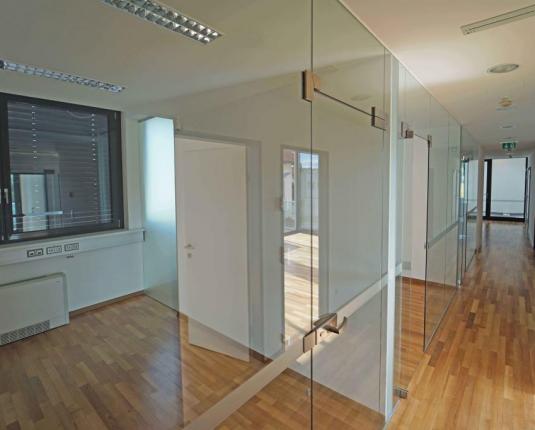 Zentraler Gang eines Büros mit Glaselementen
