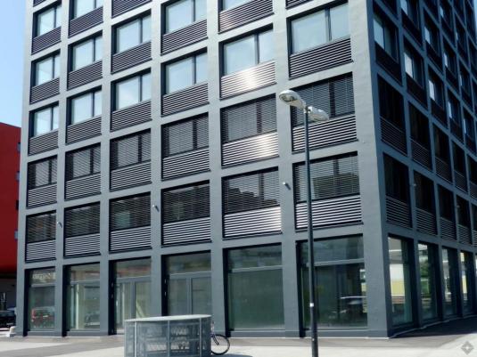 Außenansicht eines modernen Büro- und Geschäftsgebäudes