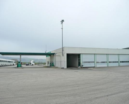 Große, asphaltierte Freifläche und günstige Büroflächen